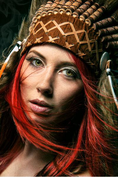 Ein fesselnder Blick von einer attraktiven Frau in Indianerstil