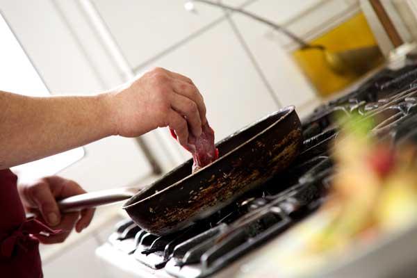 Hier wird ein leckeres Fleischgericht zubereitet und von PM Fotostudio abgelichtet