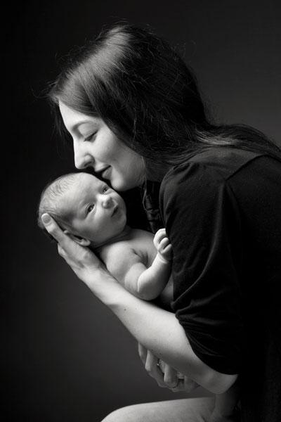Neugeborene werden behutsam und in gemütlicher Atmosphäre bei PM Studios abgelichtet